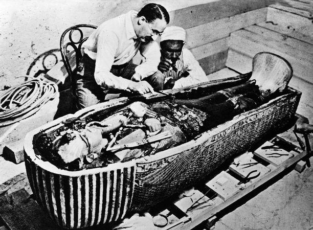 Howard Carter tutkimassa Tutankhamonin avattua sarkofagia Luxorissa.