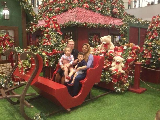 Vesa Keskinen, Jane sekä lapset Maria ja Toivo ovat päässeet nauttimaan brasilialaisesta joulutunnelmasta ostoskeskuksessa.