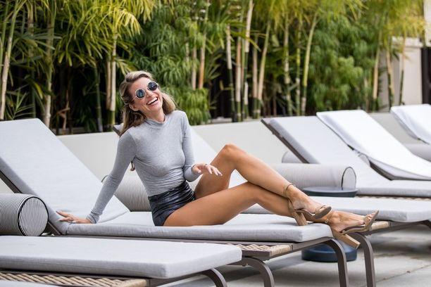 Nuori näyttelijä voi leikitellä tätityylillä: Rachel McCordin housut kurottuvat ties kuinka korkealle.