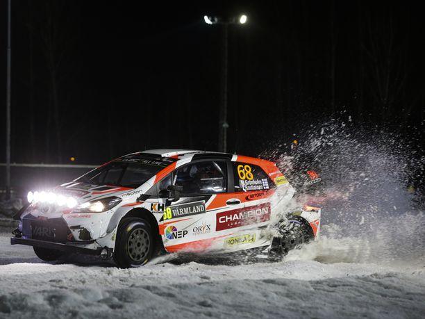 Marcus Grönholm ajaa ensimmäistä MM-ralliaan sitten vuoden 2010. Kaksinkertainen maailmanmestari jäi perjantaina kiinni lumipenkkaan ja joutui keskeyttämään mutta pääsi jatkamaan kilpailua lauantaina.