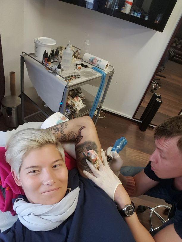 Heidi Foxell on ottanut useita tatuointeja viime aikoina. Sunnuntaina Foxell laajensi kätensä kettutatuointia ja otti siihen kiinalaisen horoskoopin mukaisen lohikäärmeen sekä Hera-koiran tassunjäljen.