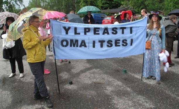 Marianne Luukkanen (vas.) Joutsasta ja Liina Kuusela Jyväskylästä olivat mukana Kangasniemi Pridessa.