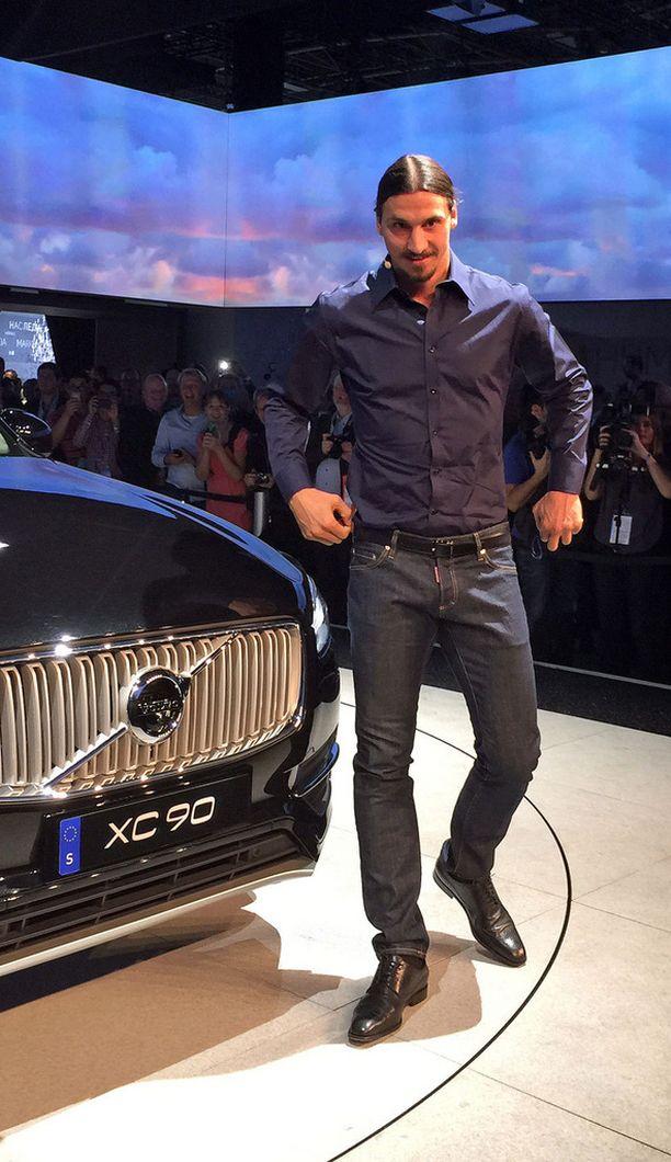 Zlatan kävi tutustumassa omaan kymppiautoonsa Pariisissa.