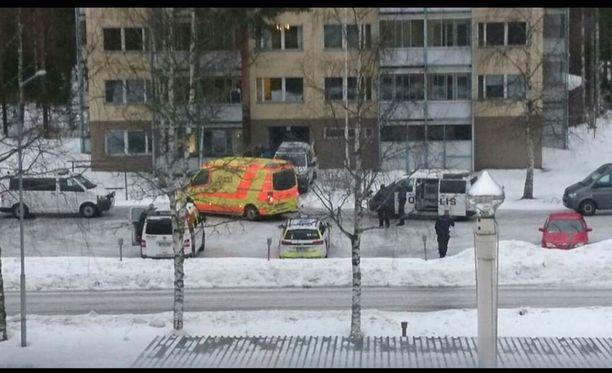 Tapahtumapaikalla keuruulaiskerrostalon edessä oli iltapäivällä useita poliisiautoja ja ambulanssi.