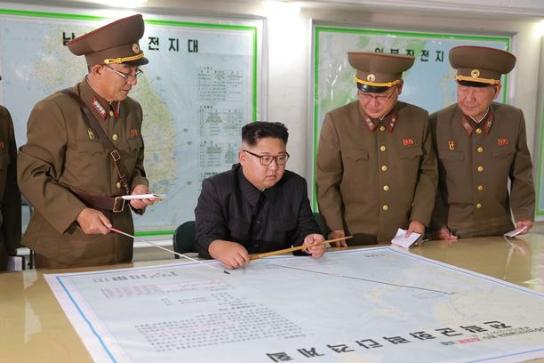 Kenraalit selittävät Kim Jong-unille tulevaa ohjuskoetta. Kuva on vuodelta 2017.