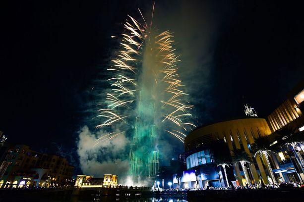 Yhdistyneissä arabiemiirikunnissa ilotulitteita ammuttiin maailman korkeimman rakennuksen, Burj Khalifan, parvekkeilta.