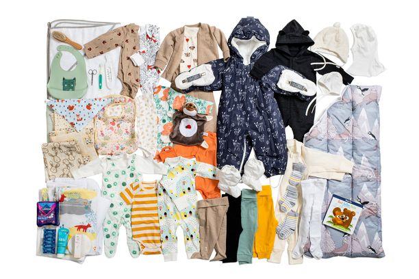 Kuvassa kaikki vuoden 2021 äitiyspakkauksen tuotteet.