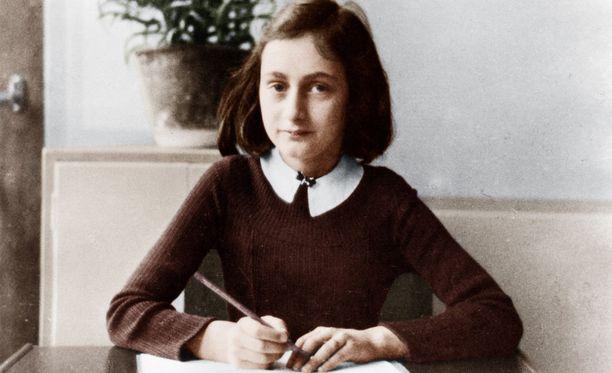 Anne Frank, 12, kuvattuna vuonna 1941 kotiläksyjään tekemässä.