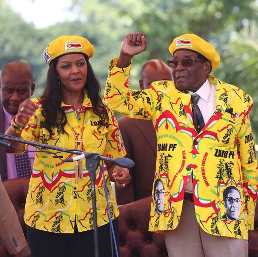 Grace ja Robert Mugabe puolueen tilaisuudessa viikko sitten keskiviikkona. Mugaben vaimoa oltiin nostamassa varapresidentiksi ennen armeijan väliintuloa.