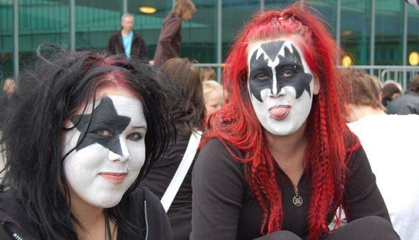 Todelliset fanit ovat valmistautuneet illan keikkaan maskeja myöten.
