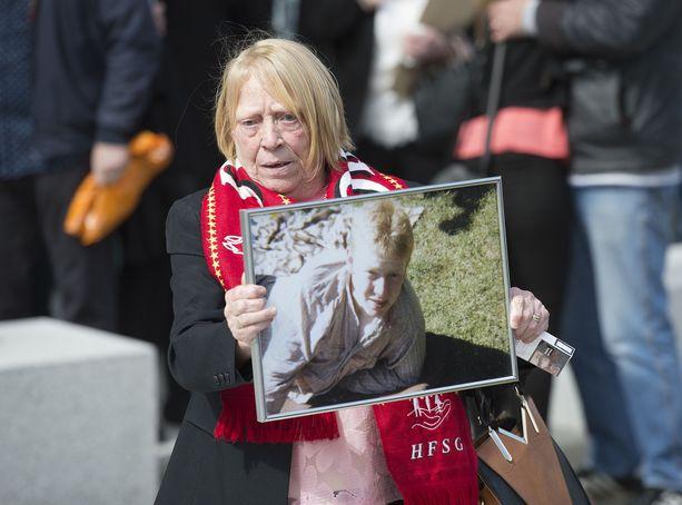 Mary Corrigan näytti 17-vuotiaana Hillsborough'n katastrofissa kuolleen poikansa Keith McGrathin kuvaa oikeusistunnon jälkeen 2016.