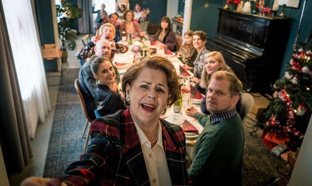 Pirkko Mannola on yksi Täydellisen joulun harvoja ilon pilkahduksia.