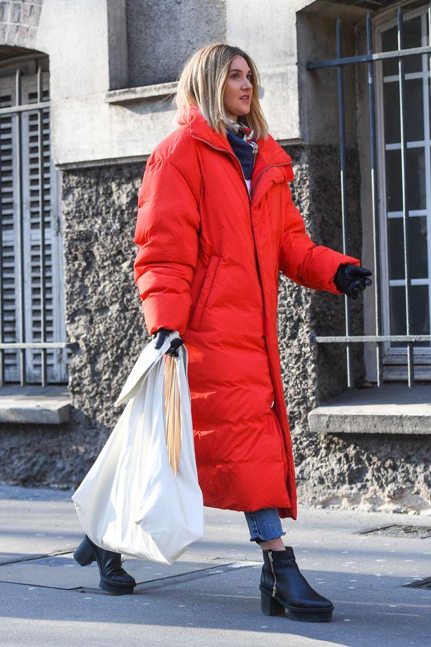 Pitkä ja värikäs toppatakki on todellinen fashion statement - muuta ei farkkuasun pariksi tarvitsekaan.