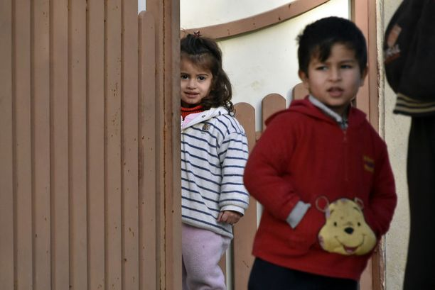 Sota tai ei, lapset ovat kiinnostuneita vieraista. Kyseinen perhe on sinnitellyt Isisin vallan alla yli kaksi vuotta.