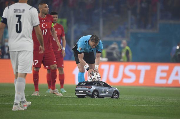 Hollantilaistuomari Danny Makkelie saa pelipallon auton kyydistä.