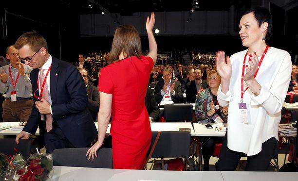 SDP:n kansanedustaja Maarit Feldt-Ranta (kuvassa oikealla) kritisoi perjantaina kokoomuksen tapaa antaa puolueensa poliitikoille pestejä sote-tehtävissä.