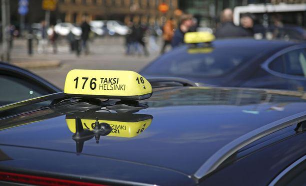 Taksinkuljettaja kertoo asiakkaiden häiriökäyttäytymisen lisääntyneen Helsingissä. Kuvituskuva.