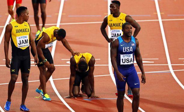 Pikaviesti päättyi dramaattisesti. Jamaikan joukkue lohdutti Usain Boltia, ja Justin Gatlinin edustama Yhdysvaltain joukkue juoksi hopeaa.