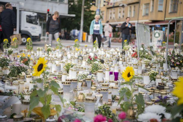 Abderrahman Bouanane puukotti kymmentä ihmistä Turun kauppatorilla 18.8.2017. Kaksi kuoli ja kahdeksan haavoittui. Turkulaiset muistivat uhreja tuomalla torin laidalle kynttilöitä ja kukkasia.