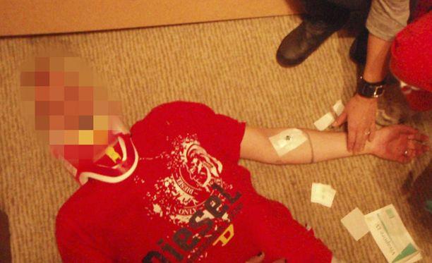 NISKA MURTUI Toni Turusen niska murtui, kun hotellihuoneen kaide petti ja hän putosi hotellin yläkerrasta alakerran lattialle selälleen.