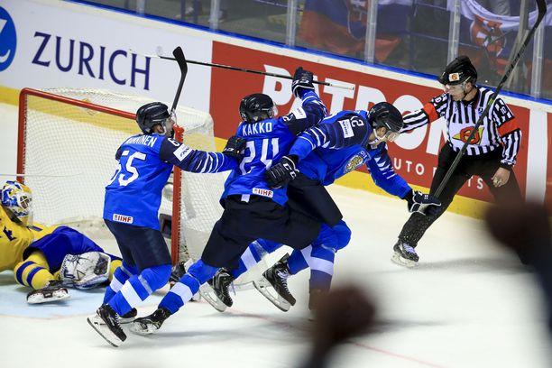 Tällainen on Marko Anttilan hillitty tuuletus. Kapteeni ei ollut aivan varma, hyväksytäänkö tasoitusmaali. Perään ryntäävät Kaapo Kakko ja Sakari Manninen.