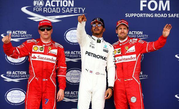 Kimi Räikkönen (vas.) on valmiina nousemaan paalulle, jos Lewis Hamilton (kesk.) saa rangaistuksen.