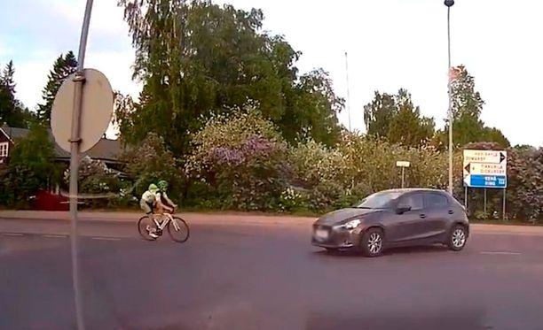 Törmäys tallentui risteyksessä omaa vuoroaan odottaneen taksin videokameraan. Kuva on poiminta videolta.