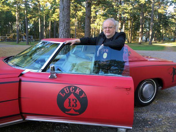 Taitelija Timo Jakola tunnustautuu autohulluksi ja auto hän hankkii maalauksillaan.