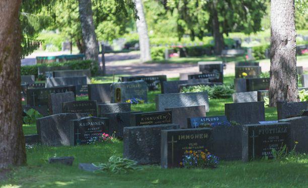 Parikan hautausmaalla kaksi ihmistä jäi hautakiven alle. Kuvan hautakivet Parikalla eivät liity tapaukseen.