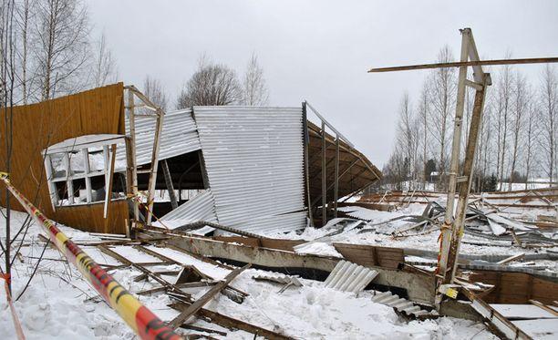 Rakennus sortui lähes kokonaan. Ainoastaan maneesirakennuksen päätyseinät jäivät osittain pystyyn.
