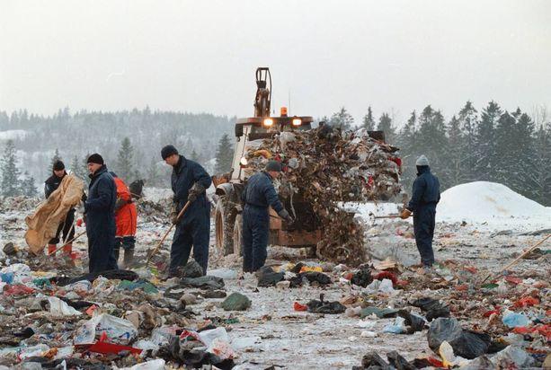 Ruumiinosat jaettiin lähitalojen roskalaatikoihin, joista ne päätyivät kaatopaikalle.