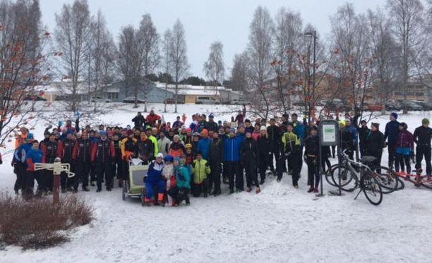 Tällainen joukko osallistui 100-vuotiaan Suomen kunniaksi järjestettyyn juoksuun.