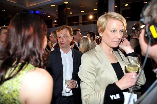 Hjallis Harkimo kuuluu Leena Harkimon vaalitukiryhmään. Hän juhli vaalitulosta yhdessä Leenan ja tämän miesystävän Timo Kousan kanssa.