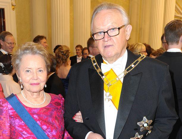 Martti Ahtisaari ja Eeva Ahtisaari Linnan juhlissa.