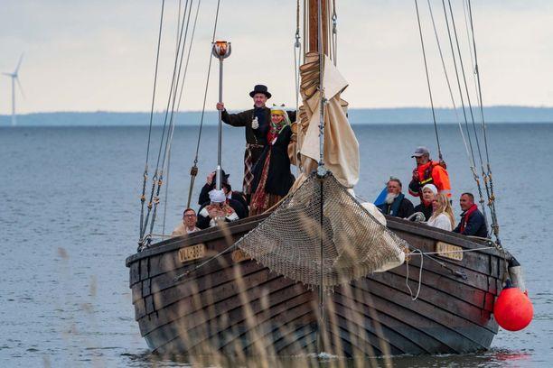 Laulujuhlien pyhä tuli saapui Saarenmaan maakuntaan purjeveneellä.