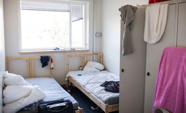 Majoituspaikkoja vähennetään useissa Suomen vastaanottokeskuksissa.