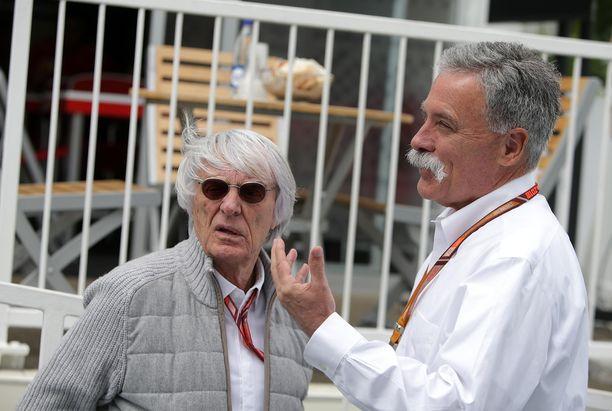 Bernie Ecclestone (vas.) jutteli Liberty-pomo Chase Careyn kanssa ennen Azerbaidzhanin osakilpailun alkua.