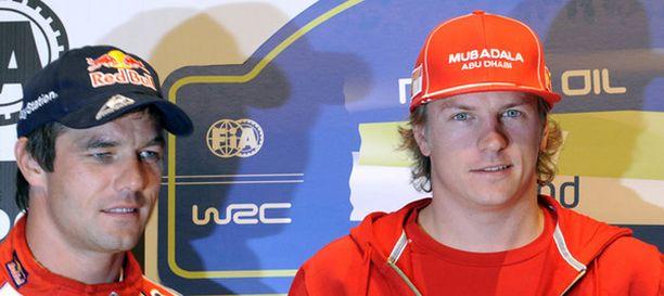 Sebastien Loeb (vas.) poseerasi Kimi Räikkösen kanssa Jyväskylän MM-rallissa.