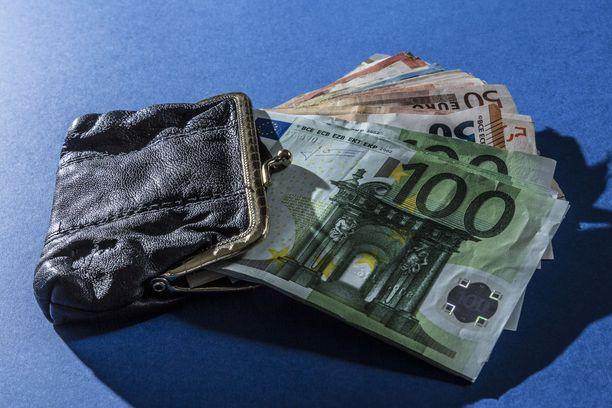 Tutkinnanjohtajan mukaan epäillyt ovat huijanneet uhreilta rahaa tutustumalla heihin ensin ja kertomalla sen jälkeen valheita.
