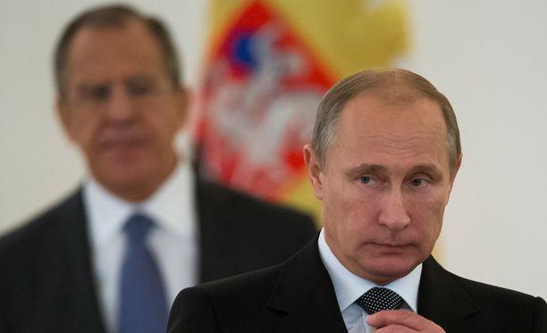 Venäjän ulkoministeri Sergei Lavrov (taustalla) varoitti Ukrainaa Nato-jäsenyydestä. Presidentti Vladimir Putinin tiedottaja on aiemmin sanonut, että Naton lähestyminen Venäjän rajoja saa Moskovan hermostumaan.