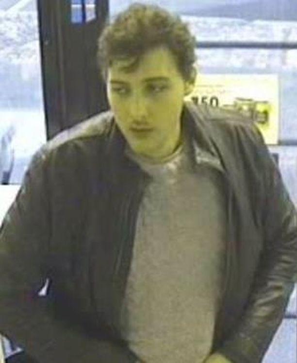 Helsingin poliisi etsii tätä miestä.