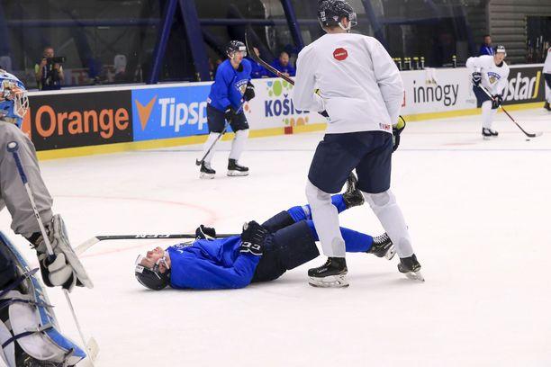 Kaapo Kakko löi päänsä jäähän kaaduttuaan Leijonien harjoituksissa sunnuntaina.