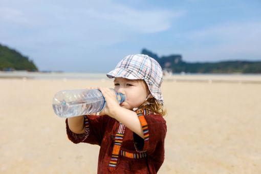 Kuumuus voi tehdä tepposet. Suojaudu siis auringolta ja juo riittävästi vettä.