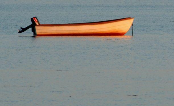 Kalamiehen vene kaatui ja mies itse joutui veden varaan. Hän pelastautui Suur-Savon Sähkön omistaman voimalaitoksen rantaan. Kuvituskuva.
