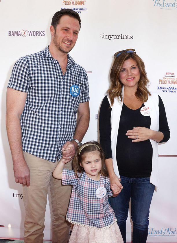 Thiessen oli viime huhtikuussa viimeisillään raskaana. Vierellä aviomies Brady Smith ja parin Harper-tytär.
