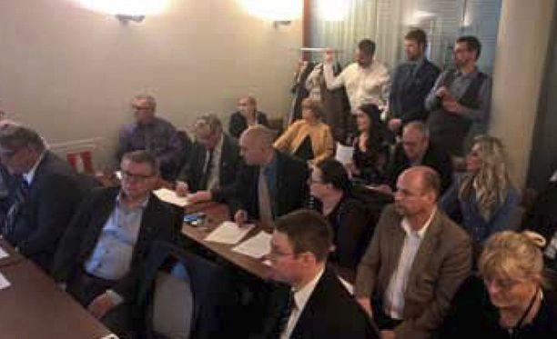 Perussuomalaisista irtaantuneet kansanedustajat kokoontuivat 13. kesäkuuta 2017 hotelli Vaakunan kabinetissa Helsingissä. Eturivissä Timo Soini.