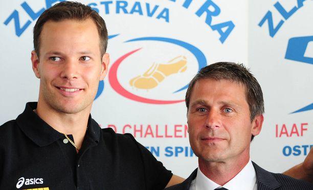 Tero Pitkämäki (vas.) ja Jan Zelezny poseerasivat samassa kuvassa vuonna 2011.