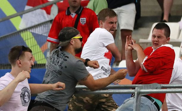 Väkivaltaisuuden Venäjän ja Britannian kannattajien välillä saivat uusia mittasuhteita myöhään lauantaiyönä, kun Venäjän kannattajat hyökkäsivät stadionilla Brittien kannattajien katsomonosaan.
