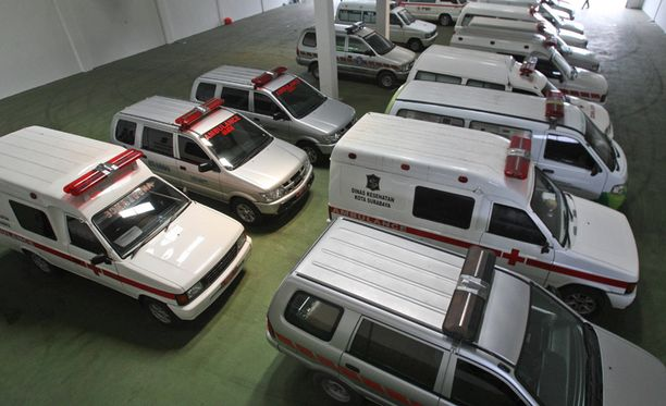 Ambulanssit valmistautuvat kuljettamaan koneen hylystä löytyviä ruumiita Indonesiassa.