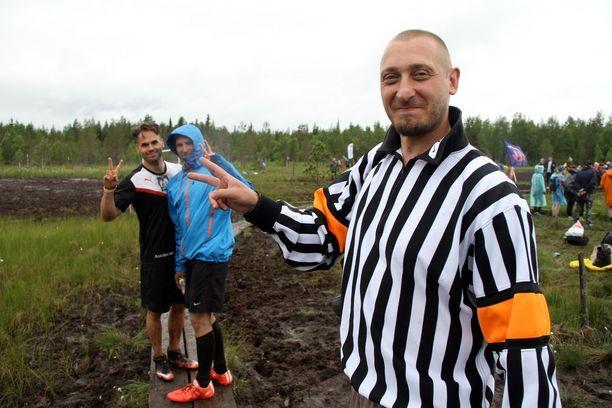 Tuomariasuun pukeutuneen Jussi Katajiston mukaan tuomaripeliltä ei säännöistä huolimatta voi suollakaan välttyä.